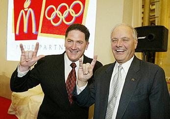"""Igual que otros illuminati, vemos al director de McDonald's haciendo una señal """"secreta"""" de este grupo, durante la presentación de las Olimpiadas"""